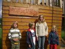 Bild: Kinder bei der Eröffnung des Spielplatzes
