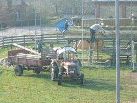 Bild: Selbsthilfearbeiten auf dem Spielplatz